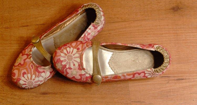 En lugar de utilizar productos caros, utiliza artículos que ya tengas en tu hogar para limpiar tus zapatos.