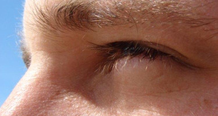 Sigue estos consejos para arreglar tus cejas si están tupidas.