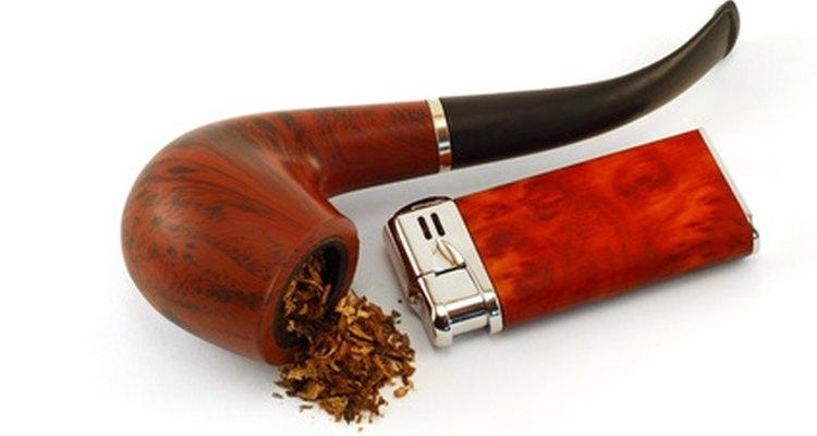 Cachimbo com tabaco aromático reforça a experiência de fumar.