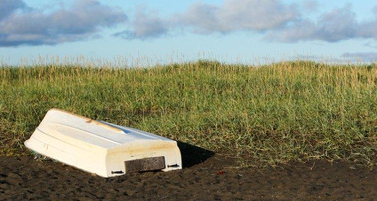 Pintar o casco de uma barco requer uma preparação adequada da superfície