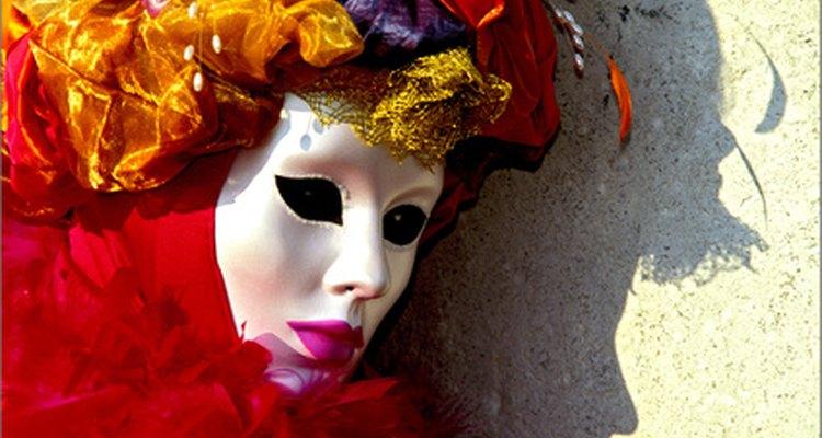 """Un ejemplo de colorida máscara veneciana estilo """"volto"""" y disfraz."""
