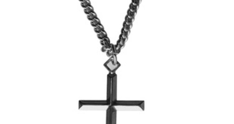 Um colar de cruz simples é uma lembrança duradoura
