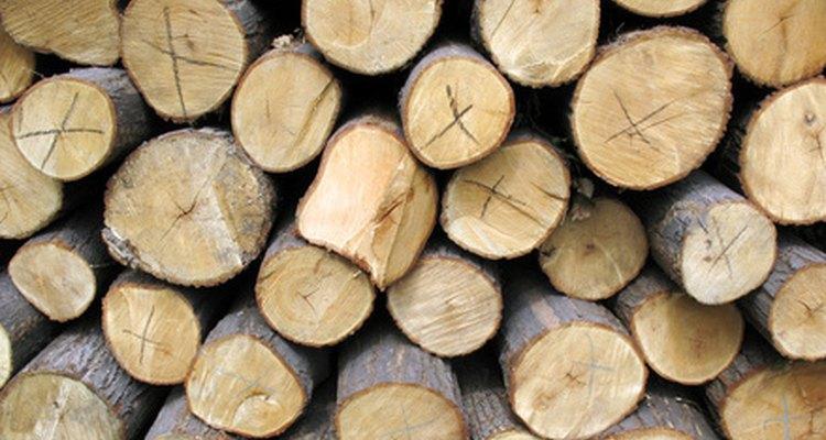 Pon troncos en los bordes de los canteros de jardín.