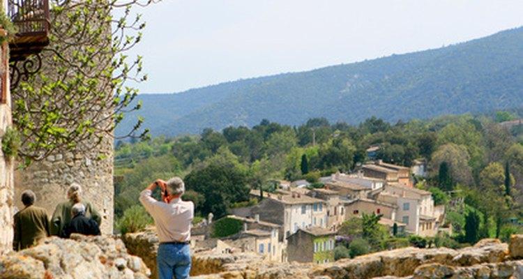 O turismo tem consequências ambientais e culturais, bem como benefícios econômicos.