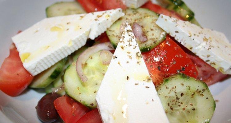Si bien se cree que la ensalada griega representa la cocina griega, los tomates fueron primeramente importados a la región en el siglo XIX.