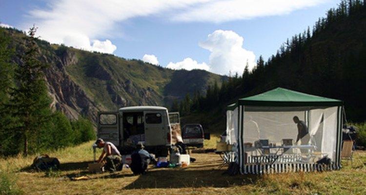 Empaqueta suficientes alimentos para un viaje de campamento de tres días en función del número de personas en tu grupo.