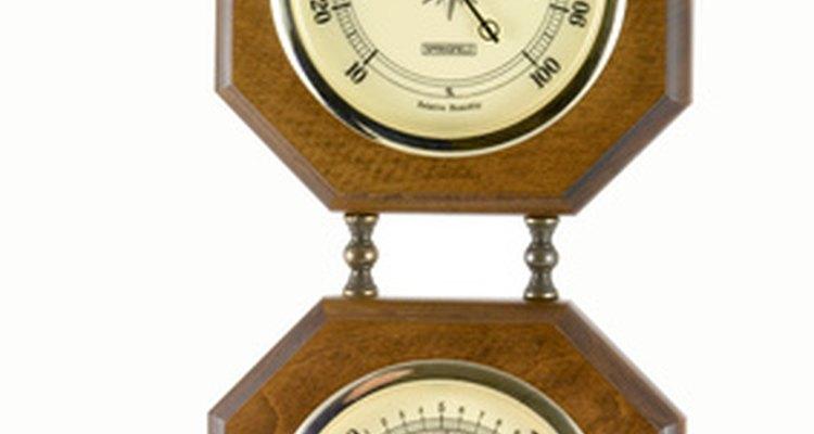 Um barômetro determina se a pressão do ar está caindo ou subindo