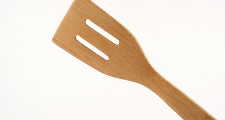 Utiliza una espátula de goma o madera porque una de metal rayará el granito.