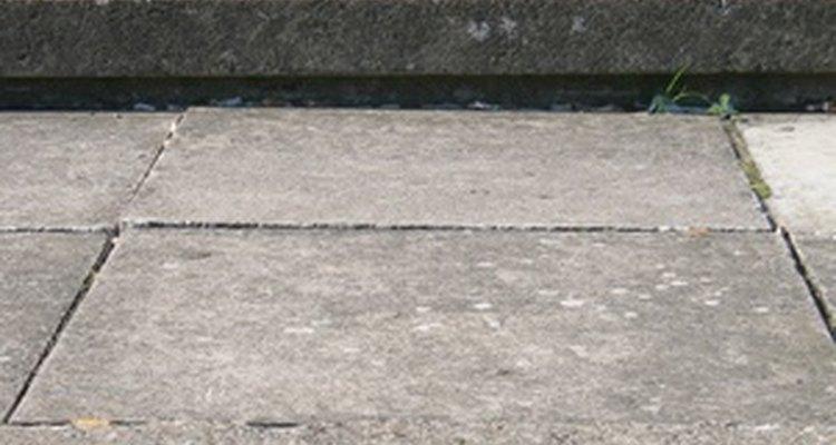 Você pode quebrar as lajes de concreto em pedaços com uma marreta