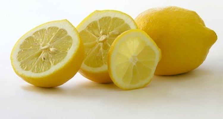 El limón es un limpiador, desengrasante y desodorizante natural.