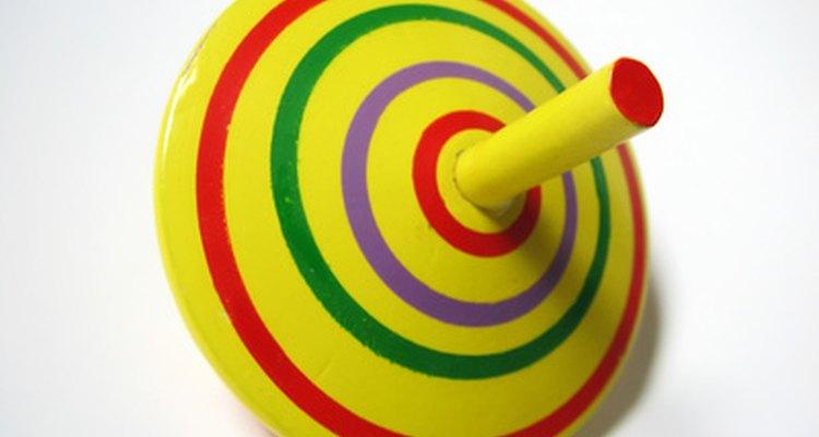 A parte superior do brinquedo apresenta velocidade angular em torno de um eixo através de seu centro