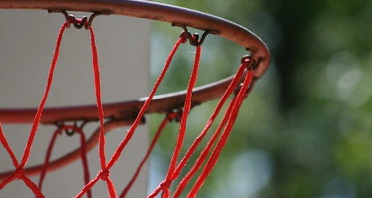 Los niños podrían lanzar un balón de baloncesto como parte de un concurso de obstáculos.