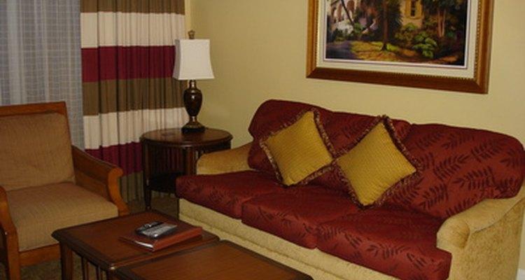 Dos mesas más pequeñas, con estanterías, permiten más espacio para colocar las cosas sin arreglar en la sala de estar.