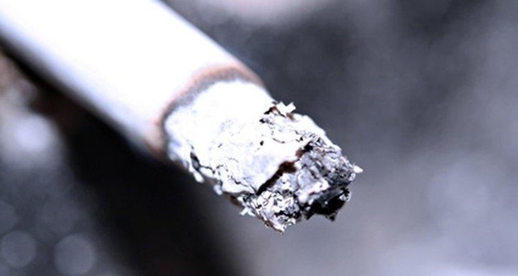 Coloca la ceniza del cigarrillo en el cenicero.