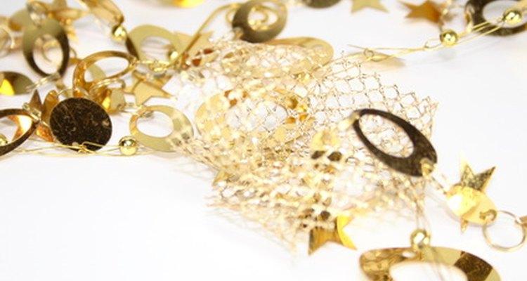 Las decoraciones para una fiesta de bodas de oro encajan para una fiesta de 50 aniversario.