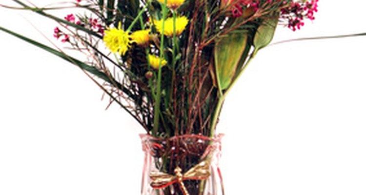 Crie um buquê com flores variadas simbolizando novos começos