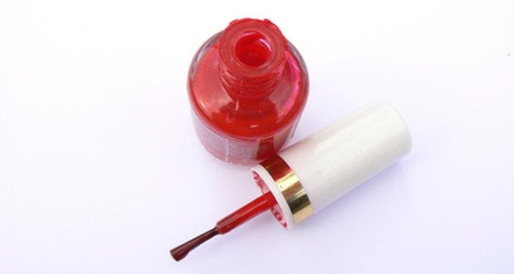 Deshazte de los insectos rojos en tu cuerpo con unos cuantos remedios, incluyendo el barniz de uñas.