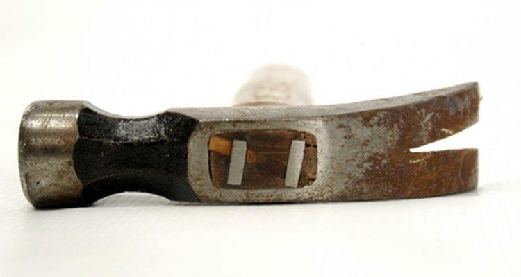 As cunhas de metal ajudam a manter o cabo preso à cabeça do martelo