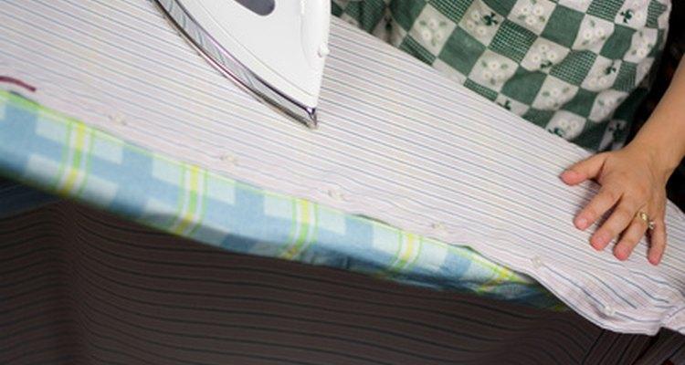 Una mesa de planchar se encuentra a una altura cómoda para planchar.