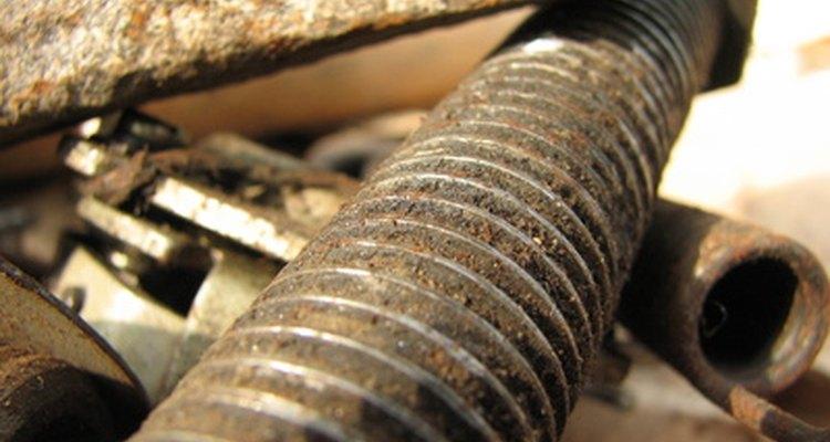 Remova ferrugem de objetos metálicos com um carregador de batrias