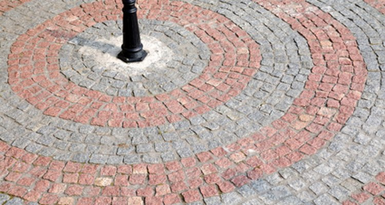 Use paralelepípedos para decorar o pavimento ao redor de sua casa