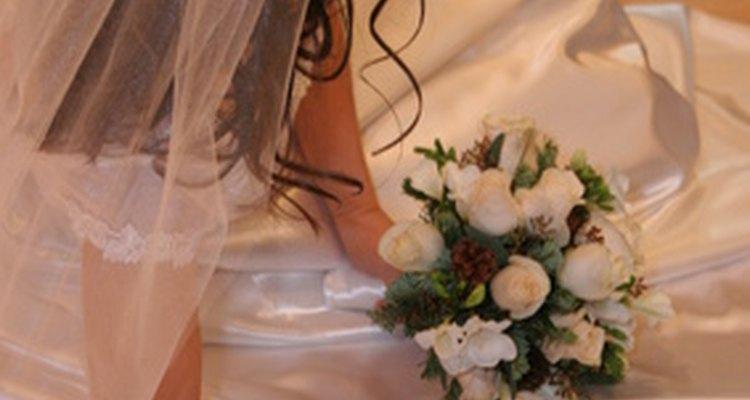 Un velo de novia con peineta es una opción clásica para ese día especial.