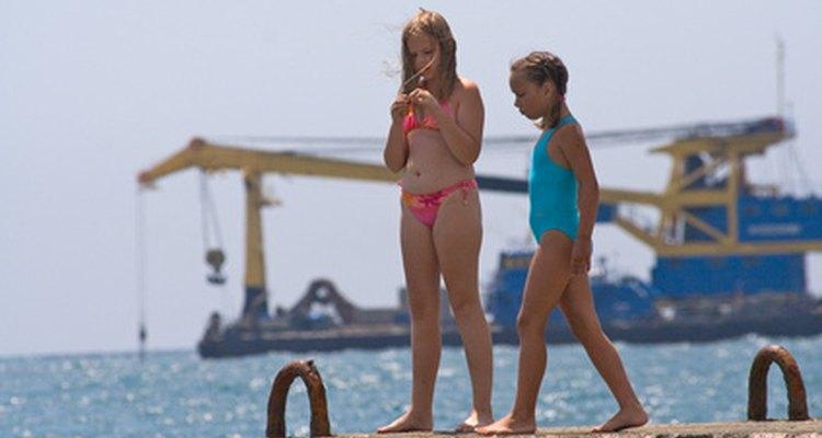 Sua pré-adolescente pode começar a sentir vergonha de usar um biquíni