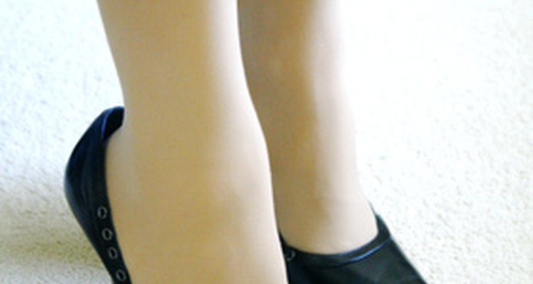 Desliza unos cojines dentro de los zapatos para que no te queden tan grandes.