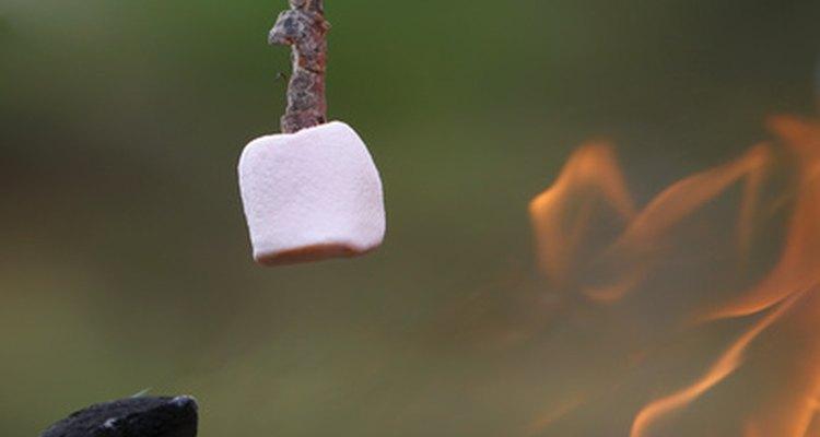 Marshmallows assados são apenas uma das muitas receitas de fogueira