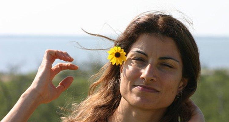 Aprenda sobre a tradição havaiana de usar flores em seu cabelo