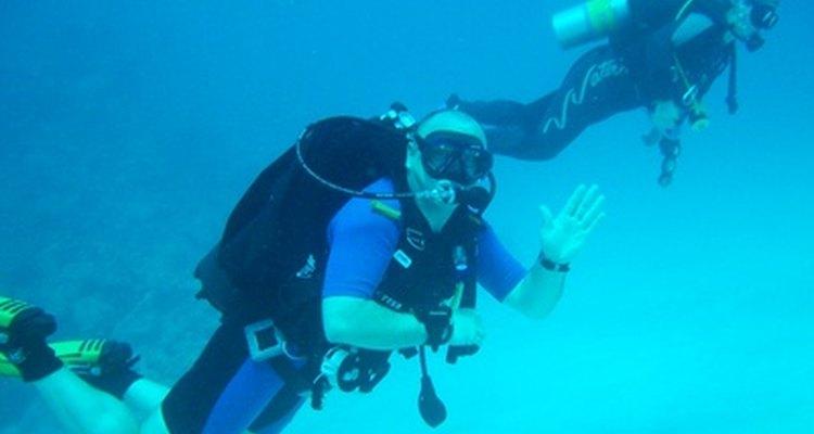 Diversos fatores influenciam a duração do tanque de ar de um mergulhador