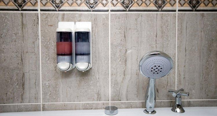 Dispensers de sabão em banheiros públicos, com frequência, exigem manuseio para abrir seu compartimento de sabão líquido