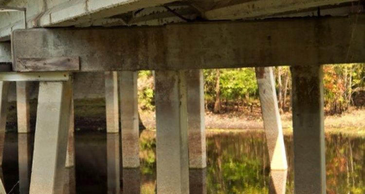 Los puentes de vigas de concreto se usan para abarcar distancias cortas y medianas.
