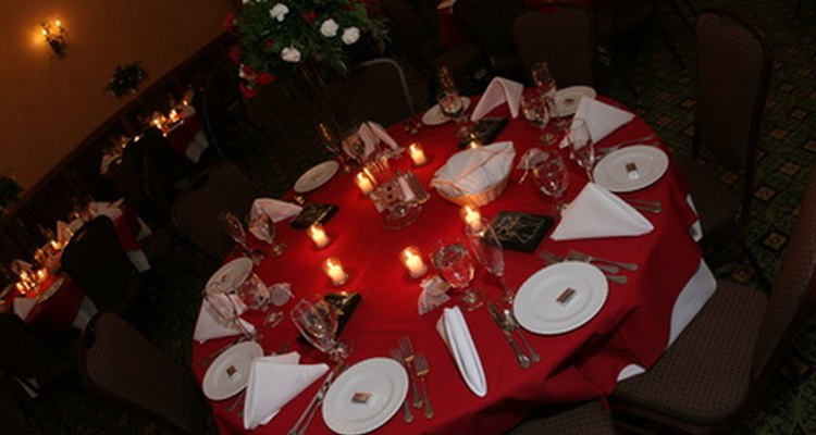 La colocación correcta de las servilletas y utensilios en la mesa.