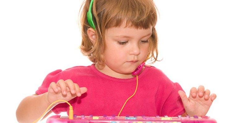 Os brinquedos musicais podem ser apresentados a crianças pequenas