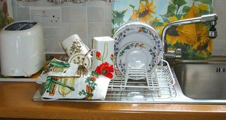 Lavar los platos es una tarea apropiada para los jóvenes un poco más grandes.