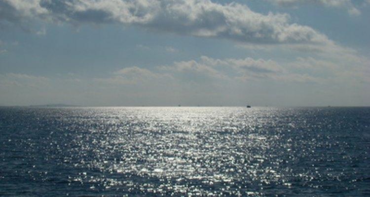 Las corrientes oceánicas de la superficie y de aguas profundas influyen mucho sobre el clima global y los patrones de tiempo.
