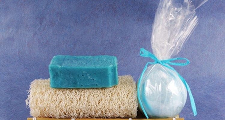 Utiliza una crema exfoliante y una esponja para tallar el área de bikini.