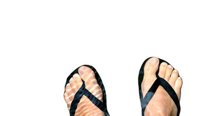 Colocar uma tira elástica nos seus chinelos deixa-os mais confortáveis