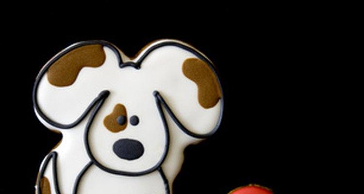 Utilizar estêncil facilita a decoração de biscoitos