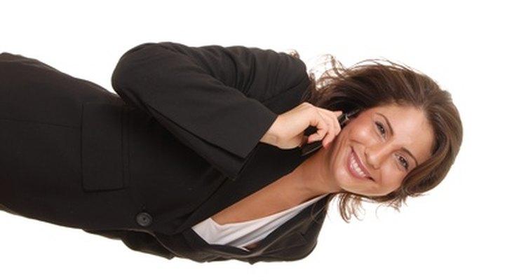 Evite blusas com cortes muito baixos quando for escolher um terno
