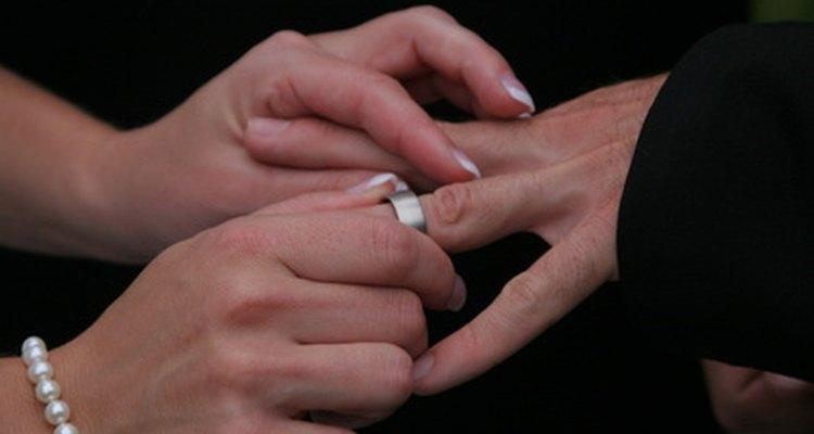 Una pulsera de perlas sencilla mejorará la ceremonia de las fotos de los anillos de la boda.