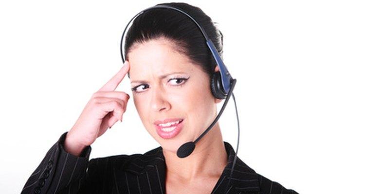 Los ejecutivos de televentas resuelven problemas de los clientes por teléfono.