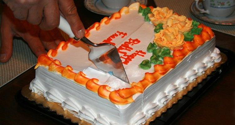 Celebra el cumpleaños 25 de una mujer con amigos, diversión y un pastel de cumpleaños.