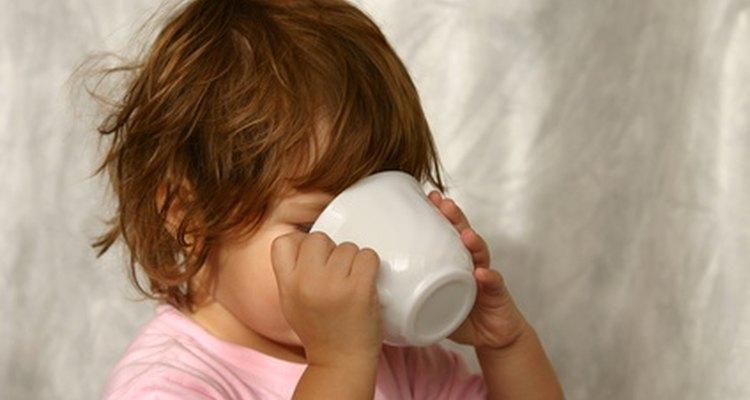 Aumentar la cantidad de líquidos es una de las partes importantes del tratamiento dietario para el resfrío de estómago.