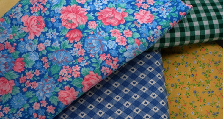 Use a combination of floral and checked fabrics for your own Swedish blinds.