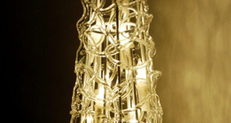 Mantén un ambiente novelesco moviendo las luces del árbol de Navidad a tu ventana para una linda decoración.