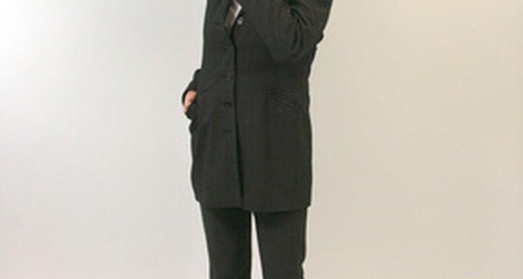 Um conjunto de calça social e terno