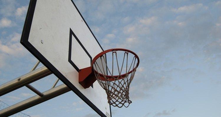 A Nike começou fabricando tênis de basketball e até hoje domina uma boa fatia desse mercado