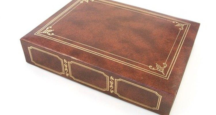 Aprenda a gravar as capas de couro dos seus livros em relevo dourado na própria casa